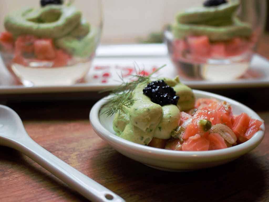 Tartar de salmón con mousse de aguacate