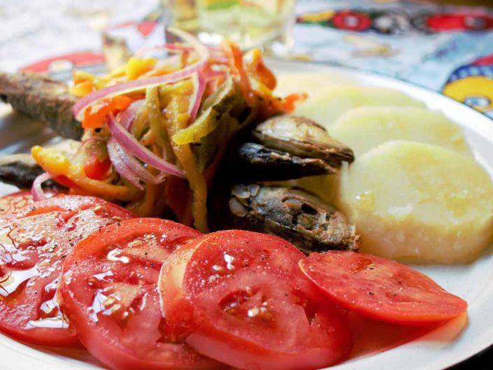 Sardina al estilo Oporto, sencilla y deliciosa. Fríta acompañada de papas al vapor, ensalada de pimientos y rebanadas de Jitomate. Sardinas al estilo Portugues